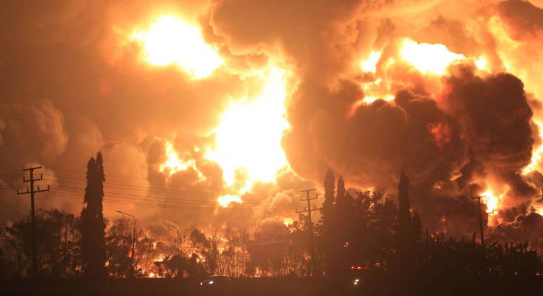 Chamas tomam conta de refinaria de petróleo na Indonésia