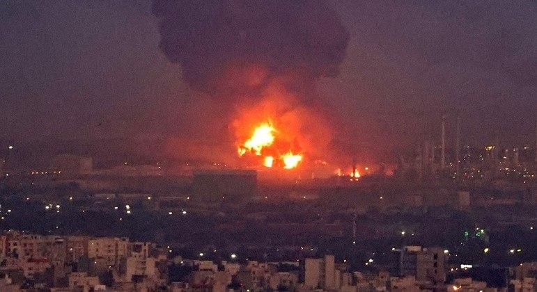 Refinaria em Teerã, no Irã, pega fogo após explosão em gasoduto