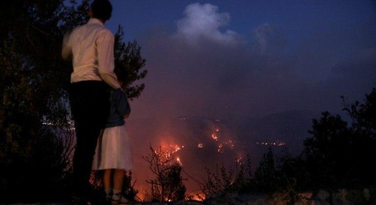 Incêndios florestais em colinas próximas de Jerusalém lançaram fumaça sobre a cidade