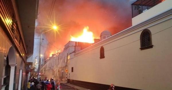 Mais de 500 bombeiros controlam grande incêndio na capital do Peru