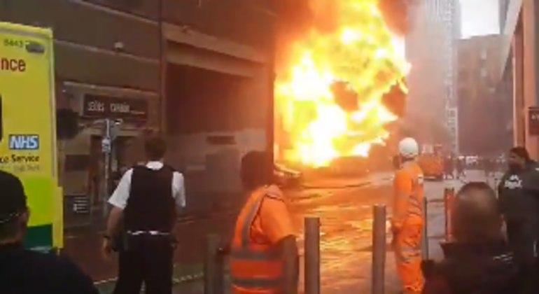 Incêndio de grandes proporções na estação de metrô Elephant Castle em Londres