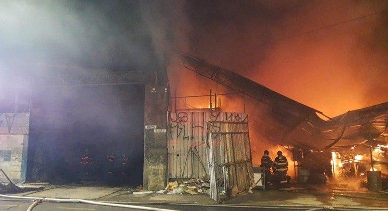 Incêndio destrói madeireira na zona leste de São Paulo, mas ninguém ficou ferido