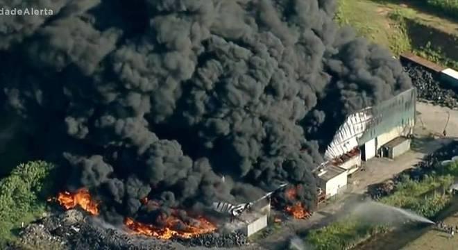 Vizinhos foram gravados tentando controlar o incêndio