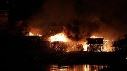 Incêndio de grandes proporções atinge mais de 600 casas em Manaus ()