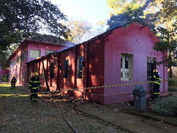 Testemunhas relataram que o fogo se espalhou pelo teto do prédio