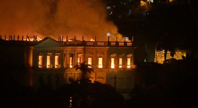 Museu pegou fogo na noite de domingo (2)