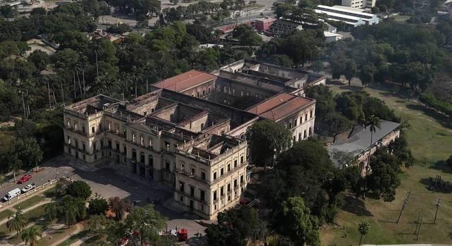 Após 200 anos, Museu Nacional pegou fogo na madrugada deste domingo (2)