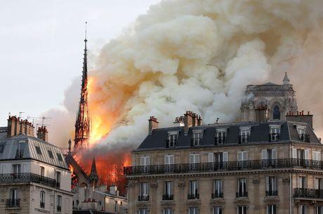 Incêndio de grandes proporções atinge Notre Dame