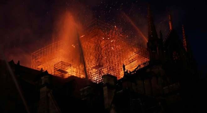 Incêndio nesta segunda-feira destruiu Catedral de Notre-Dame