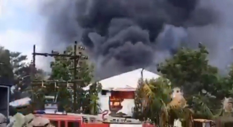 Vídeos divulgados pela mídia local mostram enormes nuvens de fumaça saindo do prédio