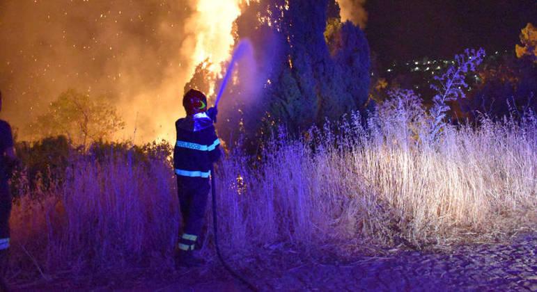 Bombeiros combatem incêndios na Itália