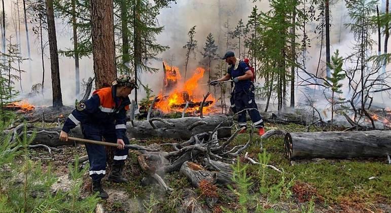 Bombeiros russo combatem os incêndio que consomem as florestas de Yakutia, na Síberia