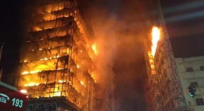 Prédio do centro de SP é consumido pelas chamas antes de desabar
