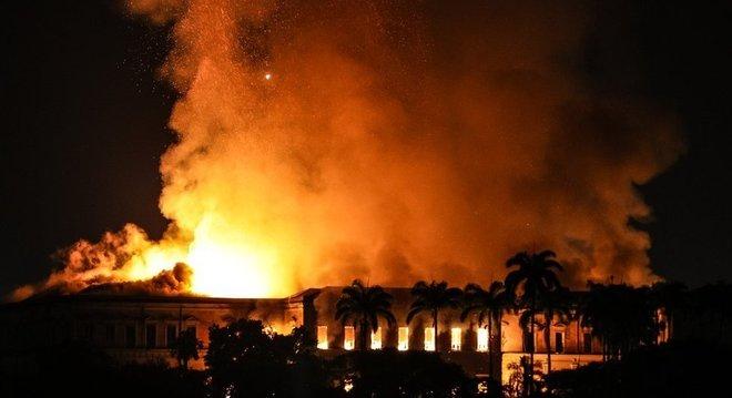 Hidrantes próximos ao Museu Nacional não estavam funcionando, segundo os bombeiros