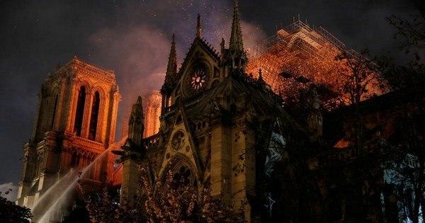 Bombeiros salvam objetos religiosos do incêndio em Notre-Dame