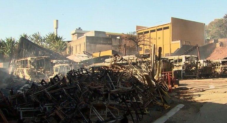 Incêndio deixou mais de 30 veículos completamente destruídos no local