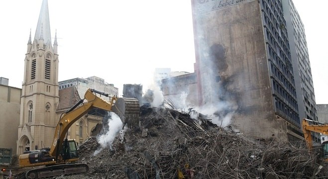 Bombeiros trabalham no local onde o edifício desabou desde terça-feira (1)
