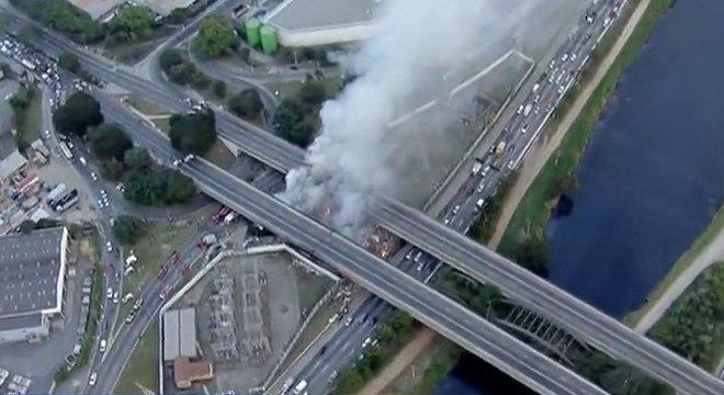 Incêndio em comunidade embaixo da ponte do Jaguaré, zona oeste de SP