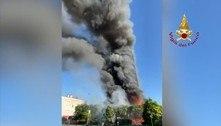 Incêndio destrói prédio de 20 andares em Milão, na Itália