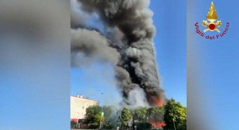 Prédio foi destruído pelas chamas em Milão, na Itália