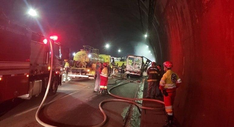 Caminhão pegou fogo dentro do túnel, no km 50 na Rodovia dos Imigrantes