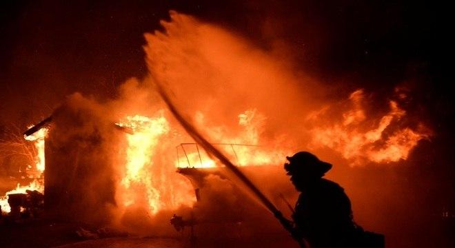 Bombeiros combatem incêndio em Santa Bárbara, na Califórnia