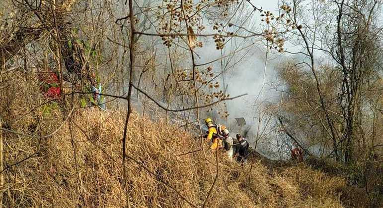 Bombeiros, brigadistas e militares do Exército combatem incêndio na Serra da Mantiqueira