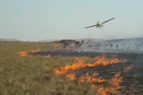 Bombeiros usam aeronave para combater incêndio