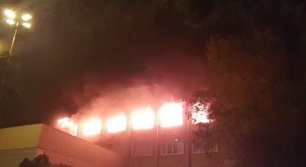 Prédio da Segurança Pública do RS em chamas