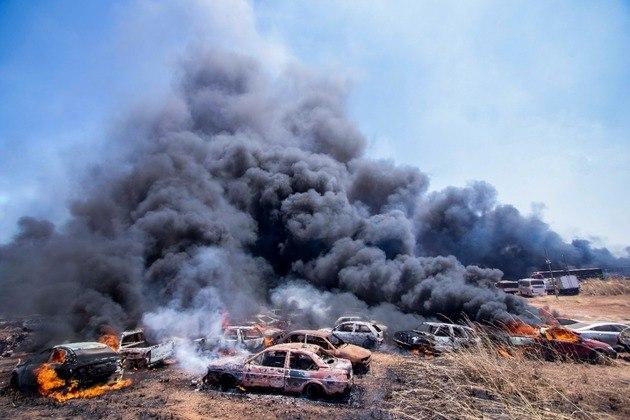 Fogo atingiu os carros após as fortes rajadas de ventos que levaram as chamas ao local