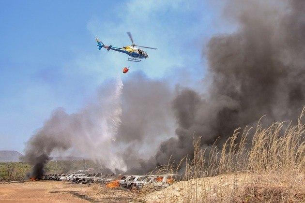 Helicóptero foi usado para combater o fogo no pátio