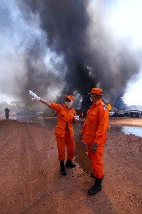 Agentes tiveram dificuldades para controlar o fogo, que começou durante a manhã e se estendeu pelas primeiras horas da tarde