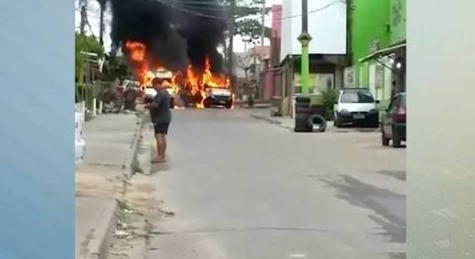 Vans foram incendiadas durante confronto entre milicianos