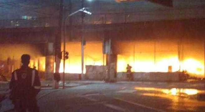 Fogo destruiu cerca de 100 barracos de comunidade que ficava embaixo do viaduto