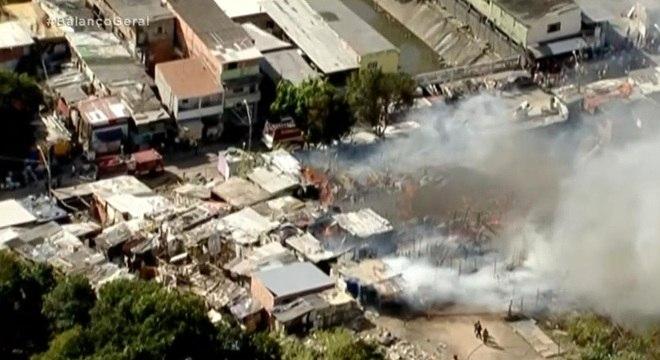 Corpo de Bombeiros ainda tenta controlar chamas no local