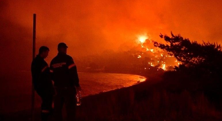 Bombeiros combatem fogo em incêndias florestais na Grécia