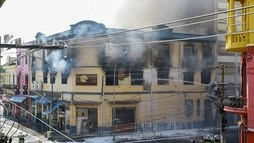 Fachada de prédio que pegou fogo na 25 de Março pode desabar, dizem bombeiros ()
