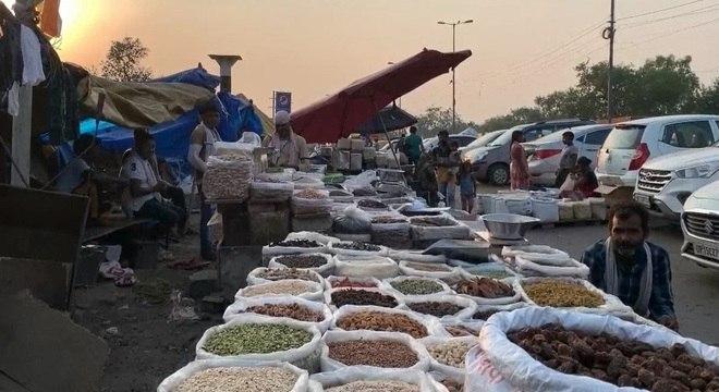Moradores da região vendem mercadorias nos arredores dos trilhos do trem