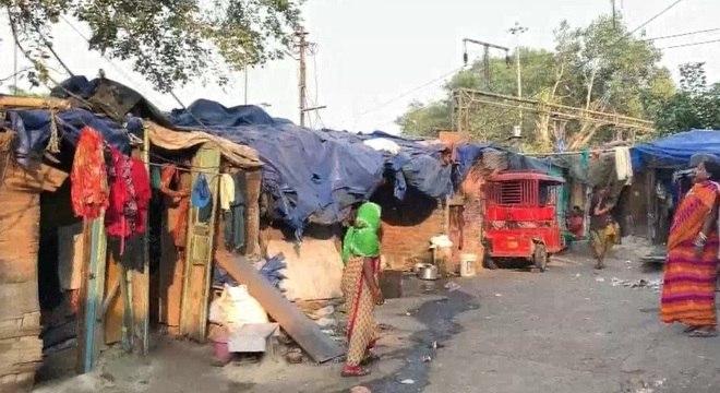 Moradores das favelas ao longo da linha de trem não tem acesso à agua encanada