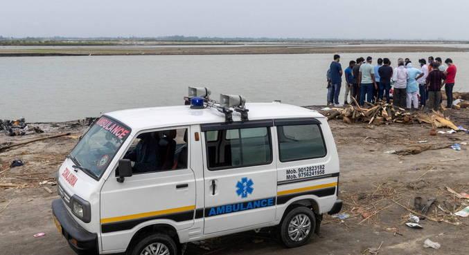 Índia coloca rede no Ganges para resgatar mortos por covid-19