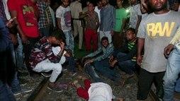 Trem em alta velocidade atinge multidão e deixa pelo menos 58 mortos na Índia ()