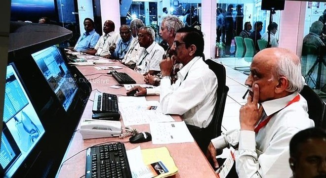 Cientistas da Isro acompanham a missão da sonda Chandrayaan-2