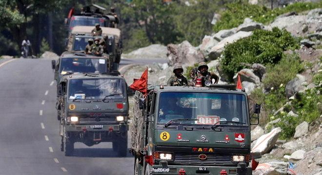 Comboio do Exército Indiano se desloca pela região de Ladakh, próximo à fronteira com a China