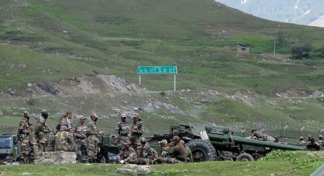 Soldados do Exército Indiano descansam perto da fronteira com a China