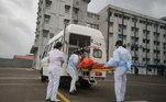 Quase200 mil pessoas abandonaram suas casas em Gujarat, onde todos os pacientes decovid-19 hospitalizados dentro de um raio de cinco quilômetros da costa tambémforam transferidos, segundo o primeiro-ministro do estado, Vijay Rupani