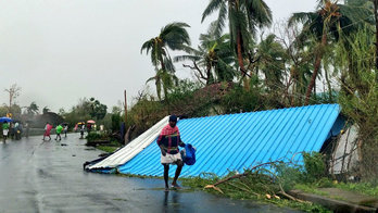 __Ciclone deixa 23 mortos e mais de 80 mil fora de casa na Índia__