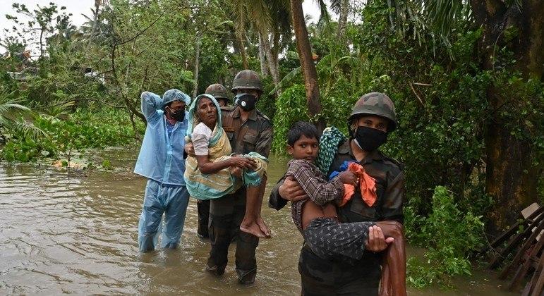 Soldados indianos ajudam a resgatar moradores do estado de Bengala Oriental