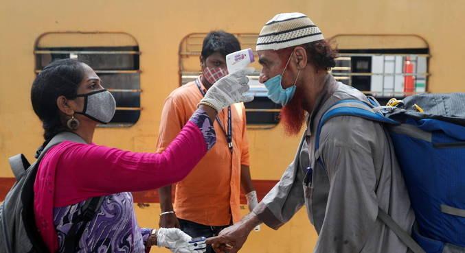 Índia tem aumento de casos e decreta novas medidas de restrição