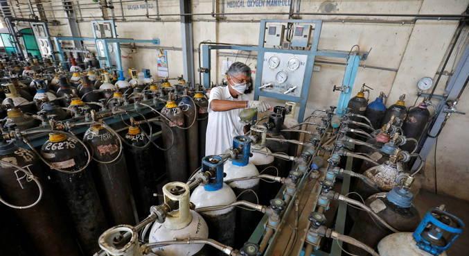 Índia sofre com falta de oxigênio e medicamentos em hospitais