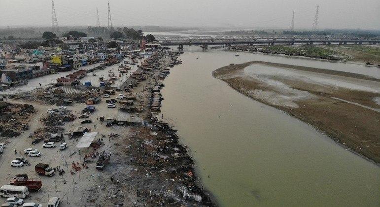 O rio Ganges tem sido cenário de milhares de cremações de vítimas da covid-19 na Índia